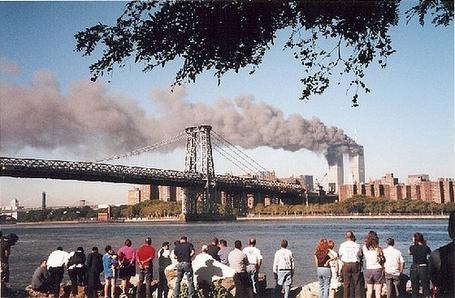 Фото Туристы, смотрящие на Мост Манхеттен в Нью-Йорке /  Manhattan Bridge, New York
