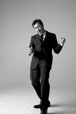 Фото Обладатель множества кинопремий, актер Хавьер Бардем / Javier Bardem танцует, фотограф Brigitte Lacombe (© Radieschen), добавлено: 24.06.2012 13:48