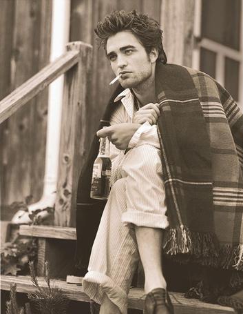 Фото Роберт Паттинсон / Robert Pattinson курит и пьет на крыльце дома