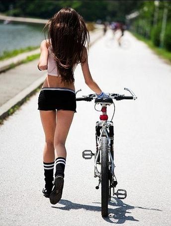 Фото Девушка-спортсменка с велосипедом