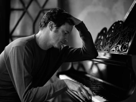 Фото Британский актер Колин Фёрт/ Colin Firth сидит грустный и играет на фортепиано