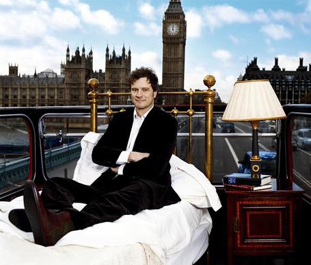 Фото Британский актер Колин Фёрт/ Colin Firth сидит на кровати на втором этаже омнибуса на фоне Вестминстерского дворца/ Westminster Palace и Биг Бена/ Big Ben, Лондон, Великобритания