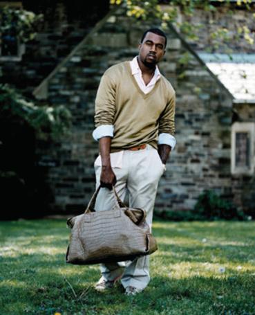 Фото Американский рэпер Канье Уэст / Kanye West стоит на газоне возле дома с сумкой в руках (© Princessa), добавлено: 26.06.2012 22:12