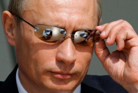 Фото Президент России Владимир Путин поправляет очки