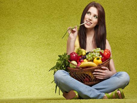 Фото Девушка с корзиной овощей и фруктов, надкусывает лук (© Antuannet), добавлено: 28.06.2012 05:56