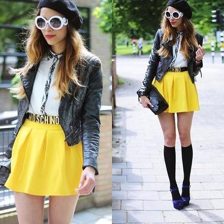 Фото Броско одетая девушка в желтой юбке Moschino