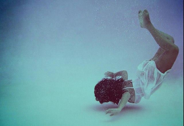 На дне бассейна девушка