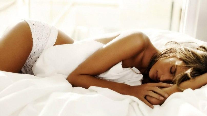 фото женщины на постели-юз1