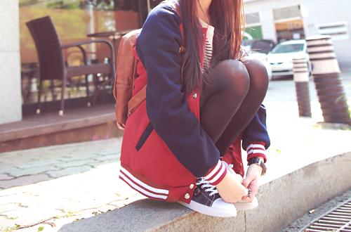 Фото девушка в кедах и красной с