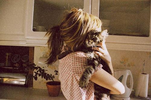 Фото на аву девушка с кошкой