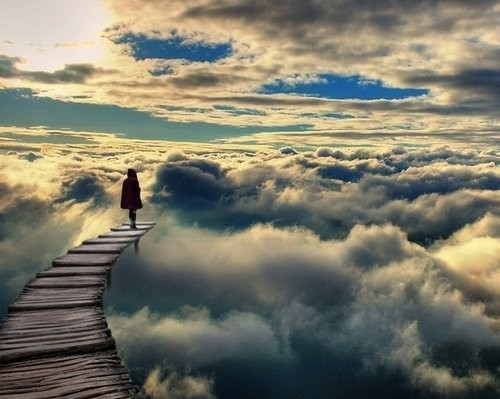Фото Девушка идет в облака