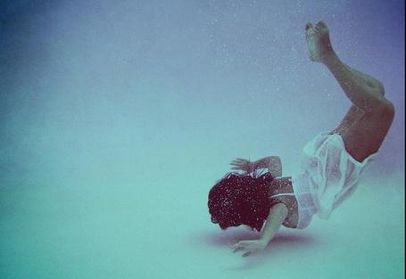 Фото Голая девушка плывет на дно к черепахе, фотограф ...: http://photo.99px.ru/photos/88214/