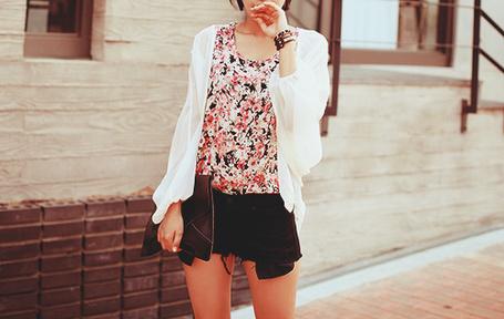 Фото Стильная девушка держит в одной руке сумку, а другой дотрагивается до губ (© Юки-тян), добавлено: 02.07.2012 22:51