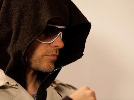 Фото  Джаред Лето \ Jared Leto в капюшоне и очках в профиль (© Эротиkа), добавлено: 03.07.2012 13:33