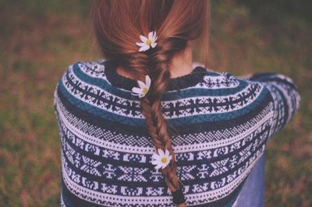 Фото Девушка в свитере с заплетенной косичкой с ромашками в ней (© Юки-тян), добавлено: 04.07.2012 10:36