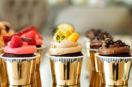 Фото Шоколадные маффины с клубничным, ванильным и шоколадным кремами в золотых корзинка (© Кофе мой друг), добавлено: 04.07.2012 13:43