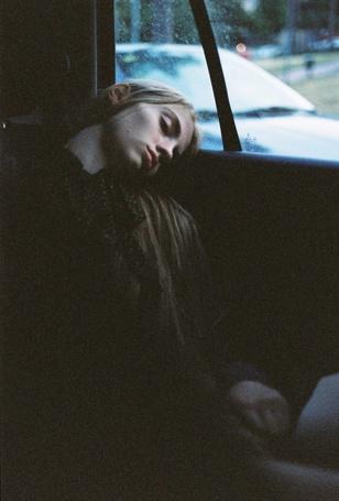 Фото Девушка заснула возле окна авто (© lemon), добавлено: 04.07.2012 14:20