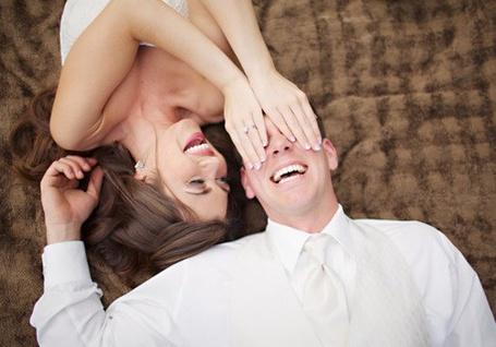 Фото Девушка закрыв  парню глаза улыбается