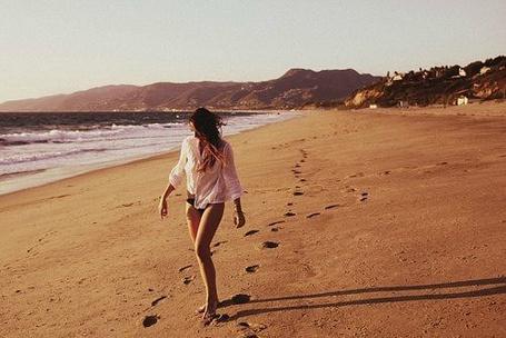 Фото Девушка идет по пляже (© Mary), добавлено: 04.07.2012 16:21