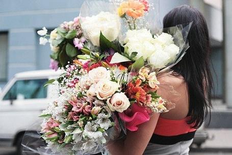 Фото Девушка с букетами цветов (© Mary), добавлено: 04.07.2012 16:37