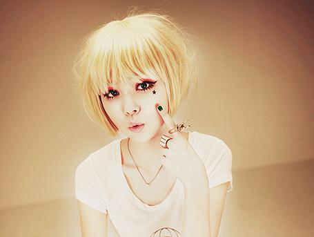 Фото Корейская Ulzzang модель Jang Hae Byeol / Чан Хэ Пёль указывает пальцем на нарисованную под глазом звезду (© Юки-тян), добавлено: 05.07.2012 13:53