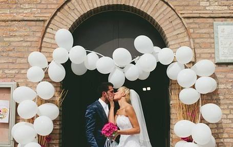 Фото Девушка с парнем целуются под шариками (© Mary), добавлено: 05.07.2012 14:05