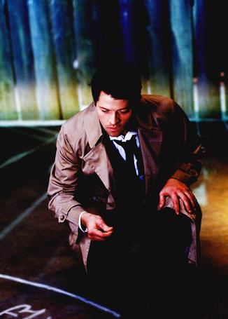 Фото Миша Коллинз / Misha Collins в роли ангела Кастиэля / Castiel, осматривающего рисунок мелом на полу - сериал «Сверхъестественное / Supernatural» (© Antidote), добавлено: 05.07.2012 16:41