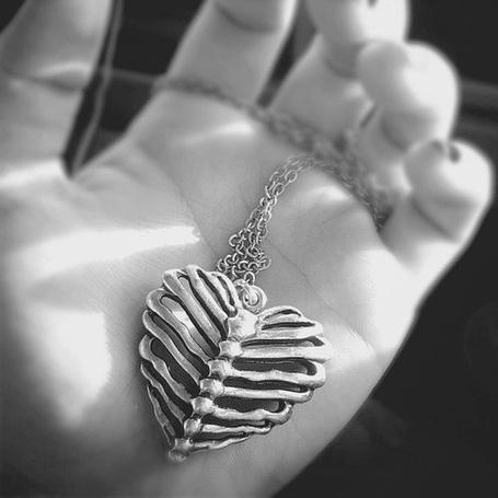 Фото Кулон в виде сердца из ребер, лежащий в руке (© Antidote), добавлено: 05.07.2012 17:00