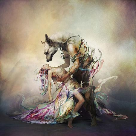 Фото Мужчина с головой волка в цветном танце с девушкой в белом платье, иллюстратор Ryohei Hase