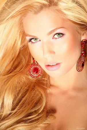 Фото Блондинка с красивыми серьгами