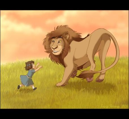 Фото Девочка с обьятиями бежит ко льву