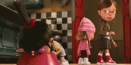 Фото Девочка кушает конфеты с миски на кухне, мультфильм ' Гадкий я / Despicable Me