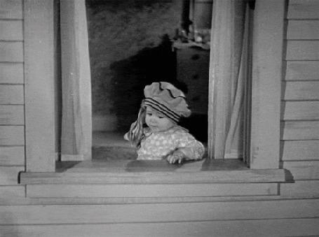 Фото Девочка выбрасывает доллары в окно