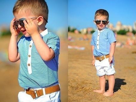 Фото Маленький мальчик одевает очки