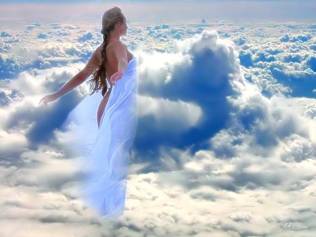 Фото Девушка в голубой накидке стоит на облаке