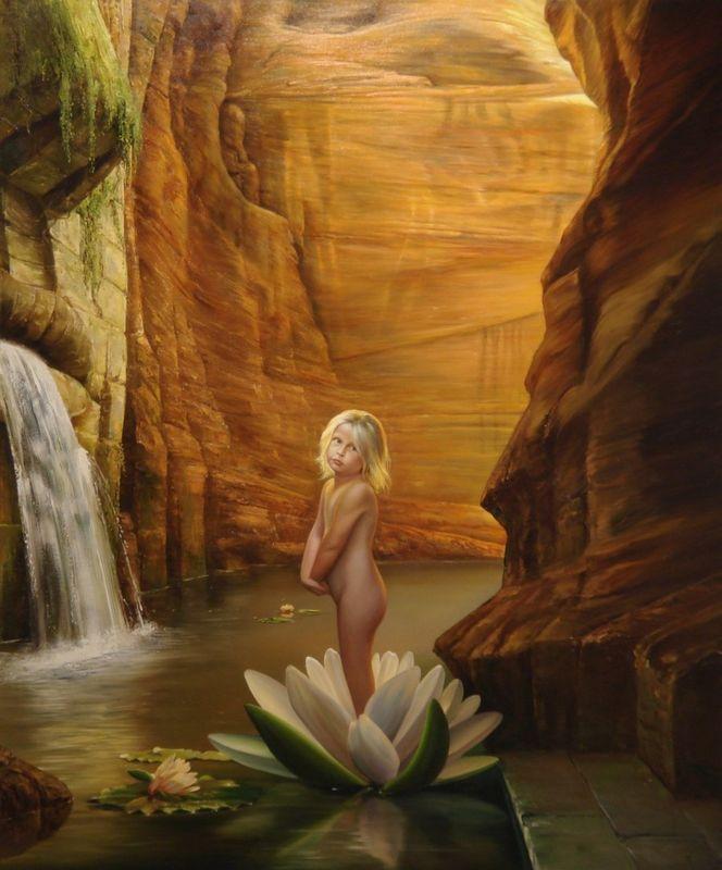 Фото Девочка стоит в распустившимся лотосе в горной реке