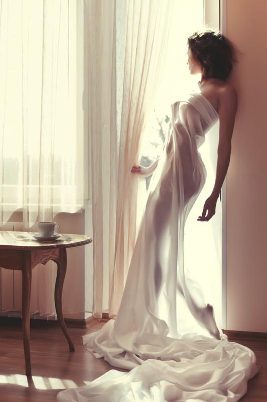 Девушка возле окна фото