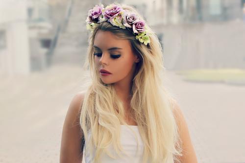 Фото девушка с венком из цветов на