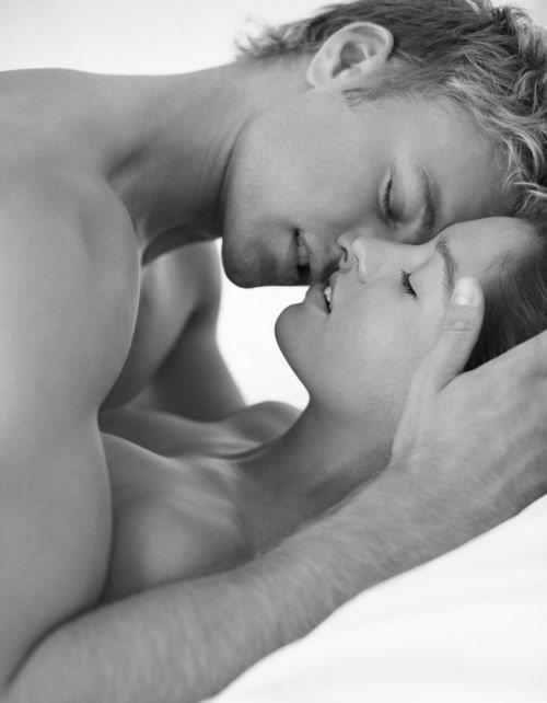 Фото Поцелуй парня и девушки