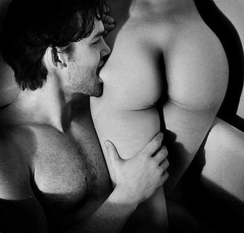 парень целует задницу