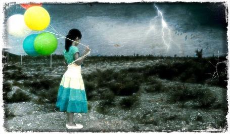 Фото Девушка с разноцветными шариками стоит в поле под дождём глядя вдаль (© Флориссия), добавлено: 06.08.2012 15:11