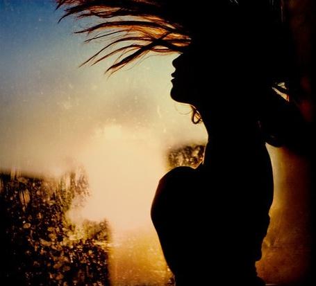 Фото Силуэт девушки на фоне неба