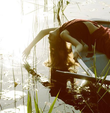 Фото Девушка перегнулась за край лодки (© ВалерияВалердинова), добавлено: 07.08.2012 19:14