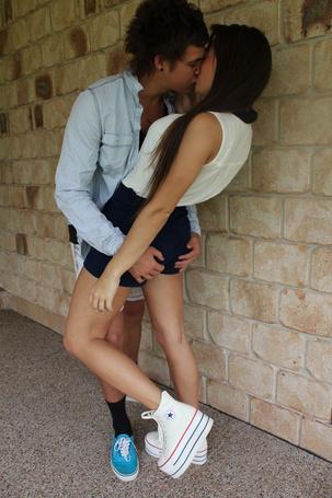 Фото Мужчина целует девушку держа ее за попу