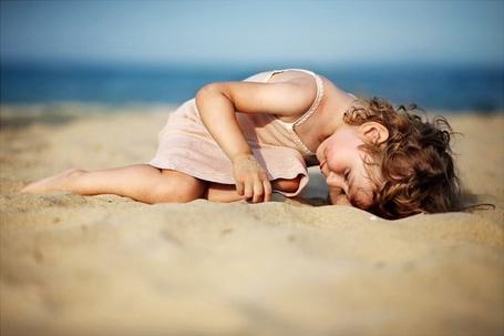 Фото Маленькая девочка на пляже (© ), добавлено: 09.08.2012 13:43