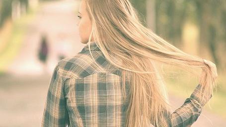 Фото Девушка держит себя за волосы