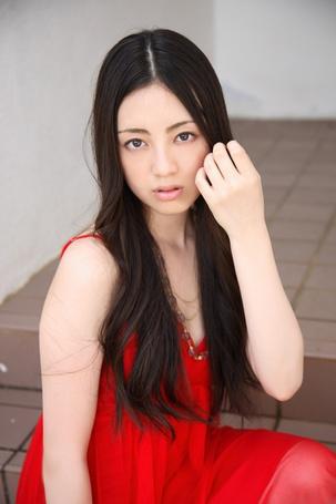 Фото Саваи Мию / Sawai Miyu в красном платье сидит на лестнице (© Юки-тян), добавлено: 13.08.2012 14:46