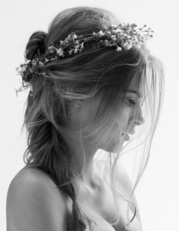 Фото Профиль девушки с венком на голове