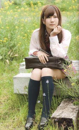 Фото Окай Чисато / Okai Chisato сидит на бетонной плите с сумкой на коленях (© Юки-тян), добавлено: 13.08.2012 21:22