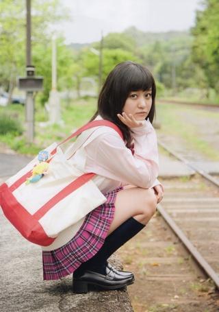 Фото Хагивара Май / Hagiwara Mai в школьной форме сидит на карточках у железной дороги